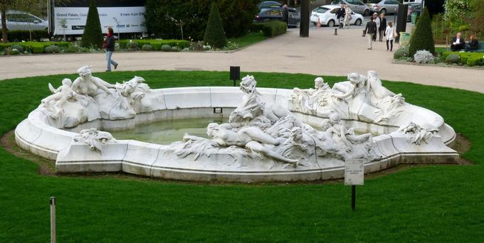 Le projet avait été proposé pour la place du Carrousel et présenté au Salon des artistes français en 1910.