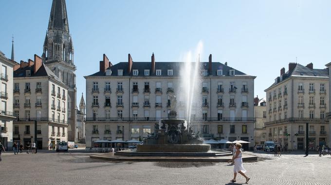 «Sortie de fontaine», installation de Michel Blazy sur la place Royale.