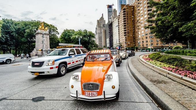 Des 2 CV sous bonne escorte dans les rues de New York.