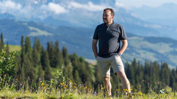 C'est en montagne que le chef Emmanuel Renaut se ressource: un moment de liberté souvent consacré à des cueillettes qui viennent compléter en cuisine les herbes aromatiques du potager, créé face à son restaurant.
