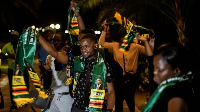 Les supporters du parti Zanu-PF célèbrent la victoire d'Emmerson Mnangagwa dans la nuit de jeudi à vendredi.