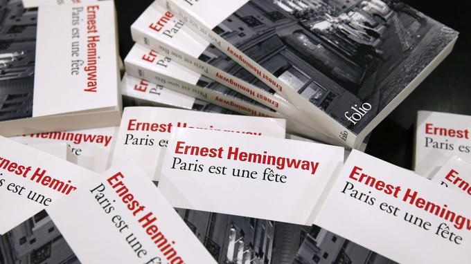 Des piles de l'œuvre de Hemingway <i>Paris est une fête </i>en novembre 2015 <i/>