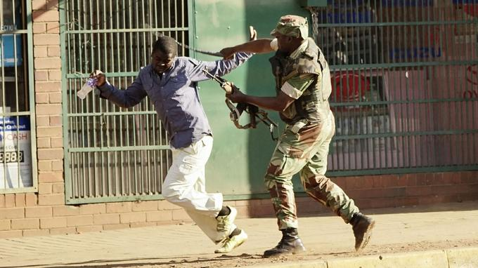 Un soldat bat un manifestant pro opposition mercredi 1er août à Harare.