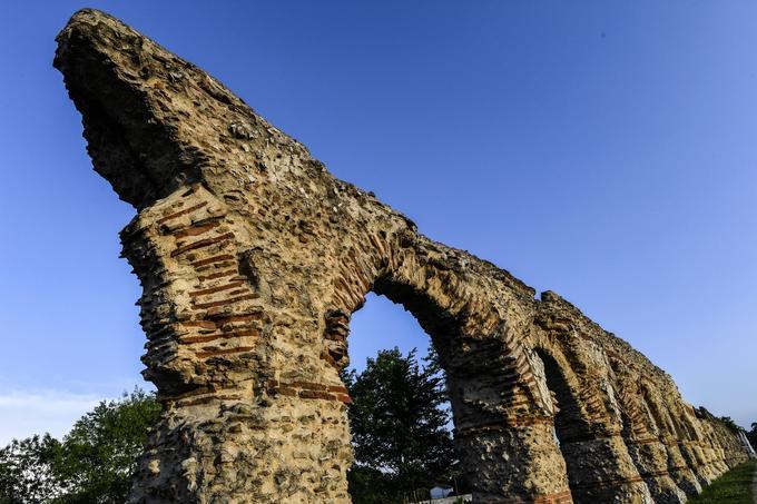 L'aqueduc du Gier a pour particularité d'être recouvert d'un parement réticulé, mélange de gneiss, granit, calcaire blanc et brique. Seul un autre aqueduc de l'époque romaine construit avec cette technique existe encore aujourd'hui, entre Gaete et Naples.