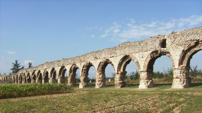 Les enfilades d'arches s'alignent sur plus de 550 mètres le long du «Plat de l'Air» à Chaponost.