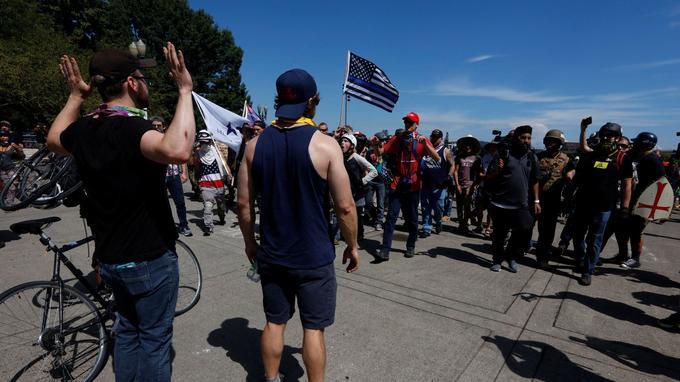 Des contre-manifestants s'approchent de membres du groupe d'extrême droite Patriot Prayer lors de la manifestation.