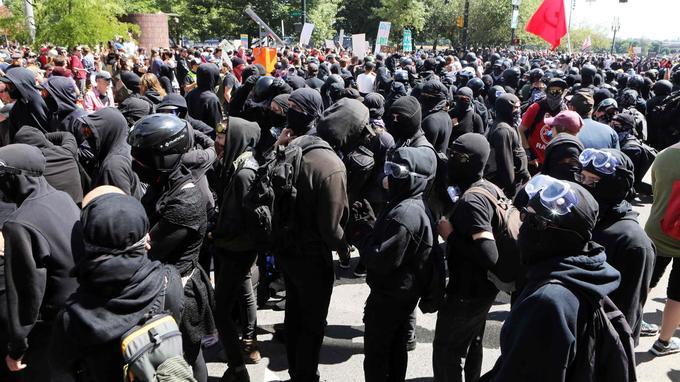 Les nombreux appels à une contre-manifestation ont été suivis par des militants antifascistes.
