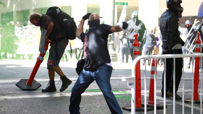 Un contre-manifestant jette un projectile en direction de la police.