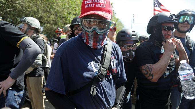 De nombreux militants d'extrême droite étaient casqués et masqués, comme cet homme portant une casquette sur laquelle est inscrit le slogan de campagne de Donald Trump.