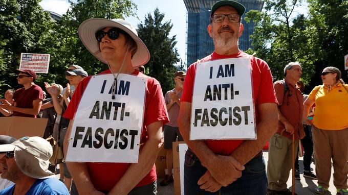 Certains contre-manifestants n'appartenant pas à un groupe antifasciste s'étaient également rassemblés à visage découvert.