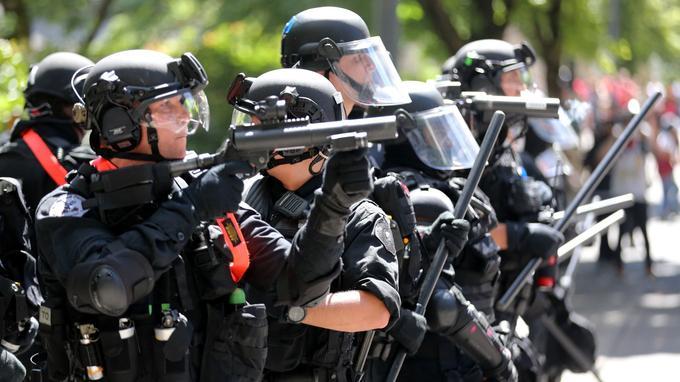 La présence policière était importante autour de ce rassemblement.