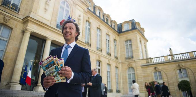 Stéphane Bern pose avec les tickets de Loto du patrimoine dans la cour de l'Élysée le 31 mai 2018