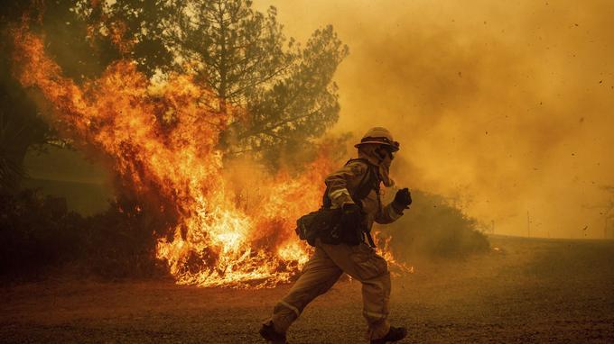 Un pompier californien qui lutte contre le Mendocino Complexe, aux États-Unis.