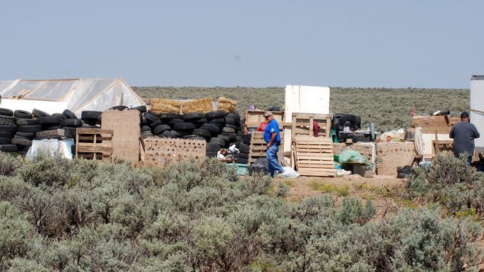 Le campement était caché derrière des pneus, dans une zone désertique du Nouveau-Mexique.