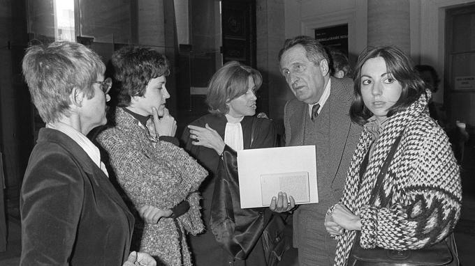 Gisele Halimi (au centre) s'entretient avec Anne Tonglet et Araceli Castellano, le 2 mai 1978.