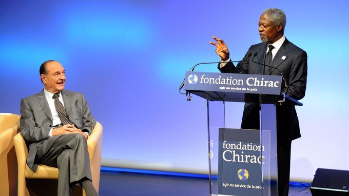 L'ancien secrétaire général de l'ONU Kofi Annan s'exprime devant Jacques Chirac, le 9 juin 2008, à l'occasion du lancement de la fondation Chirac.
