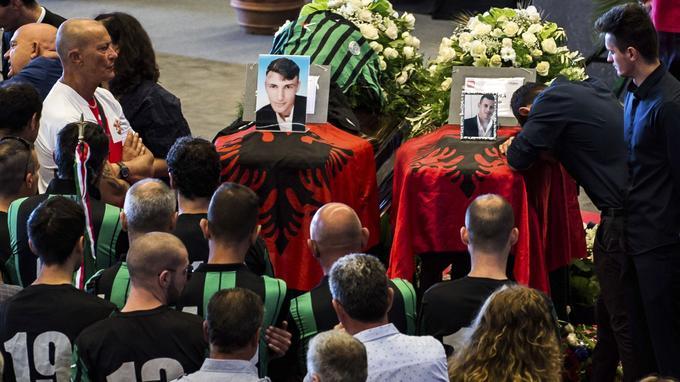 Des joueurs de l'équipe de foot Campi Corniglianese se rassemblent devant le cercueil de leur coéquipier Marius Djerri, samedi.