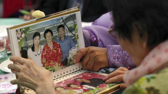 Beaucoup des Nord-Coréennes portaient la robe traditionnelle, connue au Nord sous le nom de joseon-ot et au Sud sous celui de hanbok.