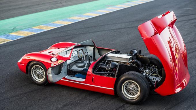 Développé en vue de la saison 1963, ce prototype est le premier à recevoir un V12 en position centrale arrière.