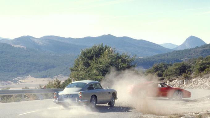 La DB5 pilotée par Pierce Brosnan dans <i>GoldenEye</i>.