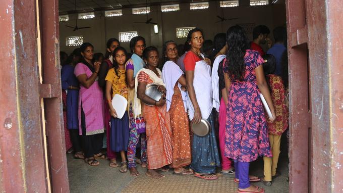 Distribution de nourriture dans un camp de réfugiés à Alappuzha.