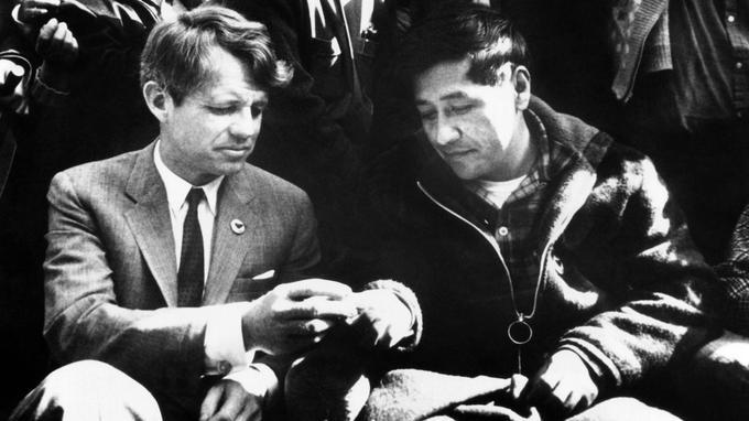 Cesar Chavez rencontre le sénateur Robert Kennedy à l'issue de sa grève de la faim, en 1968.