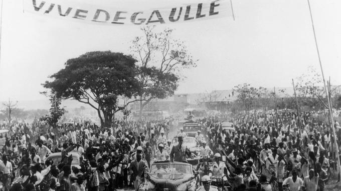 Charles de Gaulle, président du Conseil à son arrivée a Brazzaville, le 24 août 1958.