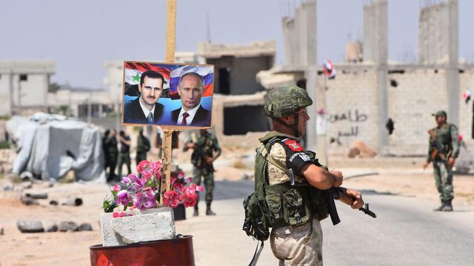Photos d'Assad et de Poutine au point de contrôle tenu par les Russes, à Abou Douhour, à l'est de la province d'Idlib.