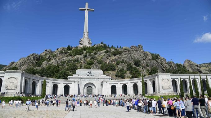 Des visiteurs attendent pour entrer dans le Valle de Los Caidos, le 15 juillet dernier. Selon des chiffres du Patrimoine national, organisme public gérant le mausolée, les visites y ont bondi depuis l'annonce de Pedro Sanchez.