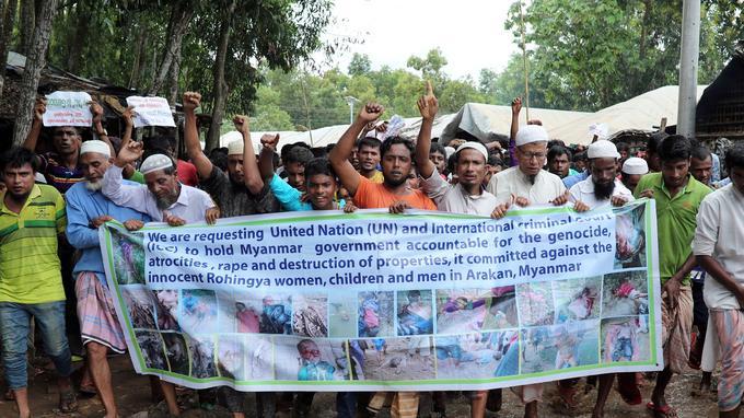 Des réfugiés rohingyas participent à une manifestation au camp de réfugiés de Kutupalong.