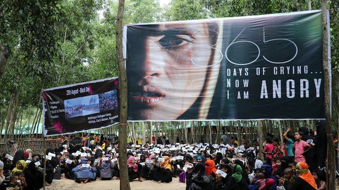 Des femmes se sont rassemblées sous des bannières pour marquer le premier anniversaire de leur exode à Cox's Bazar, au Bangladesh.