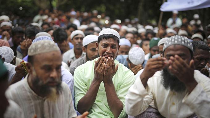 Des réfugiés rohingyas pleurent en priant lors d'un rassemblement le samedi 25 août 2018, au camp de réfugiés de Kutupalong au Bangladesh.