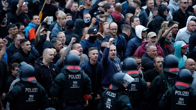 Des manifestants d'extrême droite à Chemnitz, ce lundi soir.