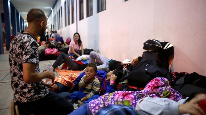 Des migrants attendent à la frontière entre l'Équateur et le Pérou samedi