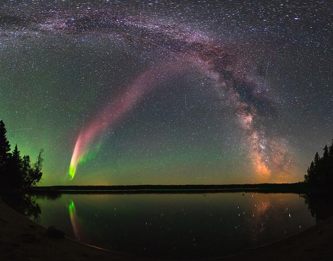 Photo composite montrant un ruban lumineux de type STEVE capturé en août 2017 au Canada avec la Voie lactée en fond.