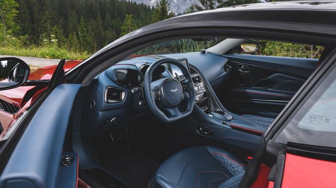 L'ambiance intérieure se distingue de celle de la DB11 par le motif des sièges en cuir.