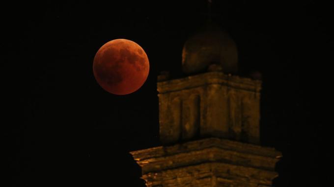 Dans la nuit du 27 au 28 juillet, la Lune est passée dans l'ombre de la Terre pendant 1h42, soit la plus longue éclipse totale du XXIe siècle.