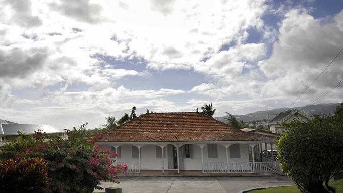 L'écrivain Aimé Césaire achète sa maison à Fort-de-France, en Martinique, dans les années 1960.