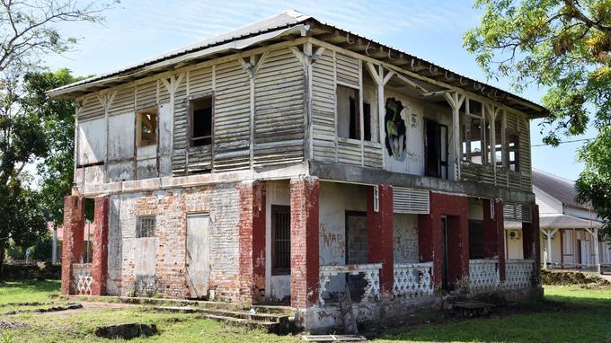 La maison du receveur des douanes est construite à la naissance de la commune de Saint-Laurent-du-Maroni, en Guyane, au XIXe siècle.