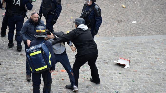 Le 1er mai, place de la Contrescarpe à Paris, Alexandre Benalla, chargé de mission à l'Élysée, est filmé et photographié en train de frapper un jeune manifestant. Il porte des équipements réservés au CRS et un brassard de la police.