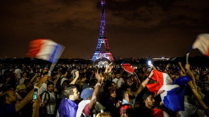 L'esplanade du Trocadéro a été envahie de supporters après la victoire de la France contre la Croatie, le 15 juillet 2018.