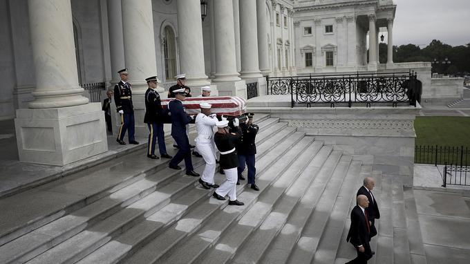 Le cercueil de John McCain quittant le Capitole pour la cathédrale nationale de Washington.