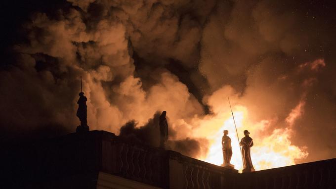 Les images aériennes de TV Globo montrent le majestueux bâtiment, d'une superficie de 13.000 mètres carrés dans la partie nord de Rio de Janeiro, ravagé par d'immenses flammes.