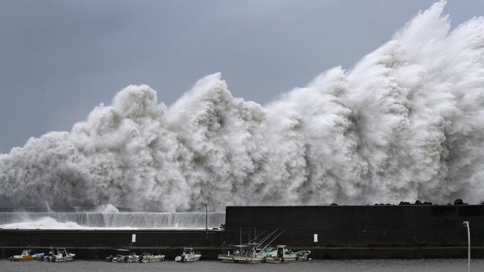 Des vagues se brisent contre le port d'Aki, dans la province de Kochi, le 4 septembre à l'ouest du Japon. <b><a href=