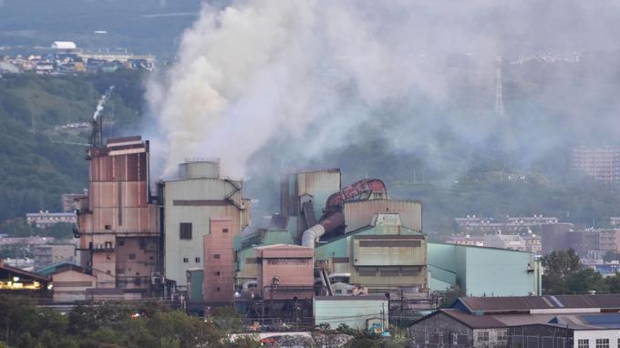 De la fumée s'échappe de l'usine de Mitsubishi Steel Muroran Inc. après un tremblement de terre à Muroan, une ville de la province d'Hokkaido.