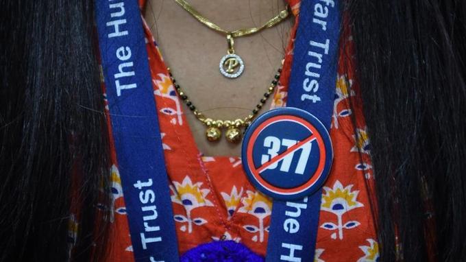 Une militante pour les droits LGBT porte un badge contre l'article 377 du code pénal indien, interdisant l'homosexualité.