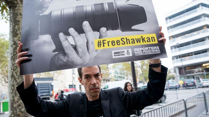 Plusieurs dizaines de militants d'Amnesty et de Reporters sans frontières ont manifesté jeudi devant l'ambassade d'Eypte à Paris pour réclamer la libération du photojournaliste.