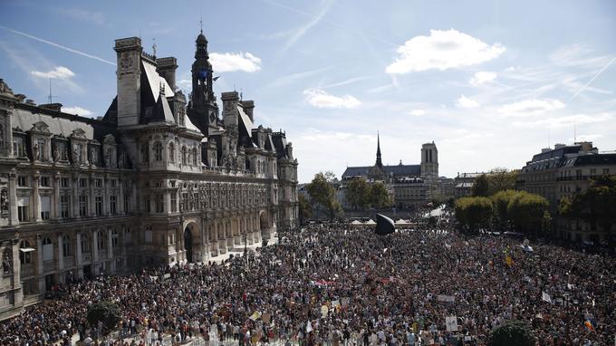 Des milliers de personnes étaient rassemblées devant l'Hôtel de ville de Paris ce samedi pour le climat.