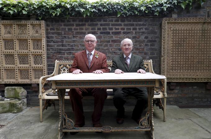 Gilbert & George prennent la pose naturellement, avec le sourire.