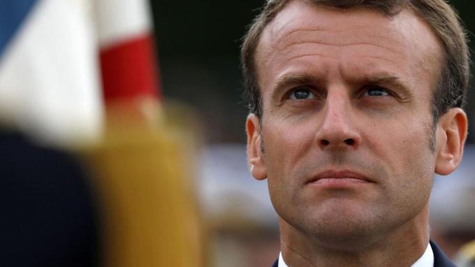 En difficulté dans les sondages, le président tente de remettre de l'ordre à l'Élysée.